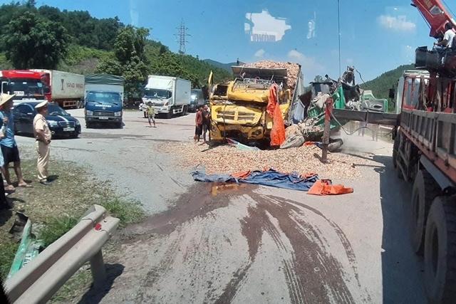 Quảng Ninh: Hai xe tải nát bét sau khi đâm trực diện, tài xế nguy kịch