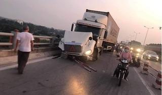 Tài xế container tạt người đi xe máy xuống cầu Thanh Trì