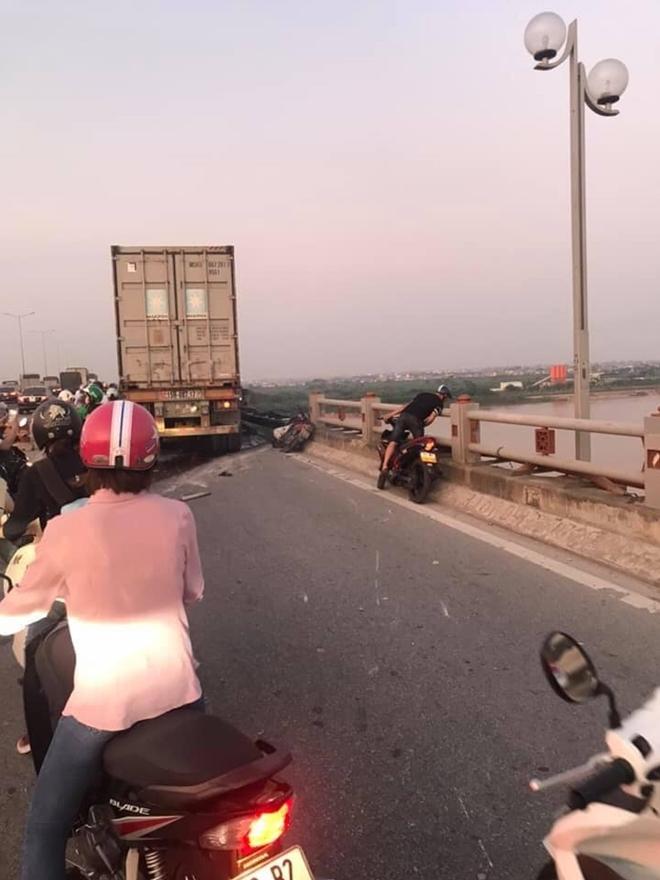Tài xế container sơ sẩy tạt người đi xe máy xuống cầu Thanh Trì 5