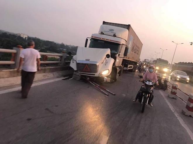 Tài xế container sơ sẩy tạt người đi xe máy xuống cầu Thanh Trì