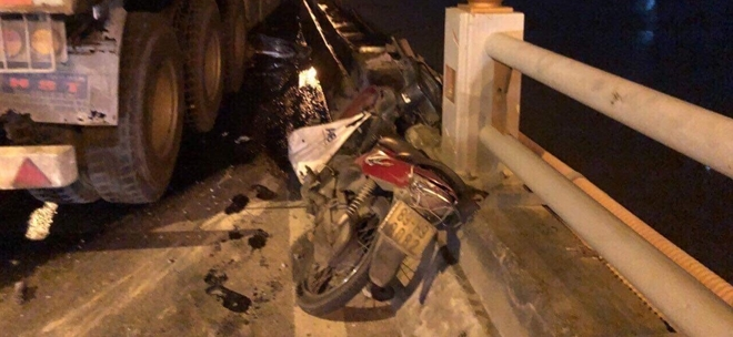 Tài xế container sơ sẩy tạt người đi xe máy xuống cầu Thanh Trì 6