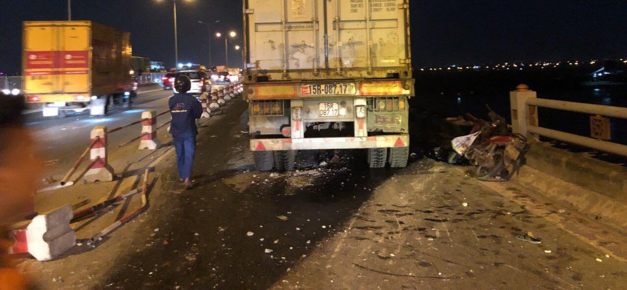 Danh tính nạn nhân bị xe container đâm văng từ cầu Thanh Trì xuống sông Hồng