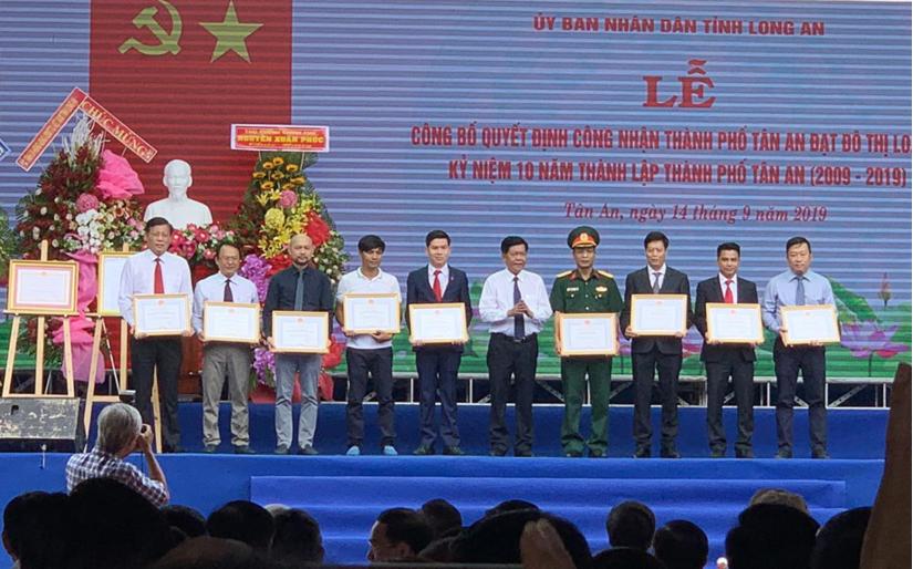 Ông Trần Đức Vinh TGĐ Tran Anh Group thứ 2 từ trái qua nhận bằng khen của UBND tỉnh Long An nhân dịp kỷ niệm 10 năm thành lập thành phố Tân An