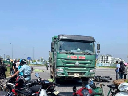Xe tải biến mất sau khi đâm chết đôi nam nữ đi xe máy tại vòng xuyến