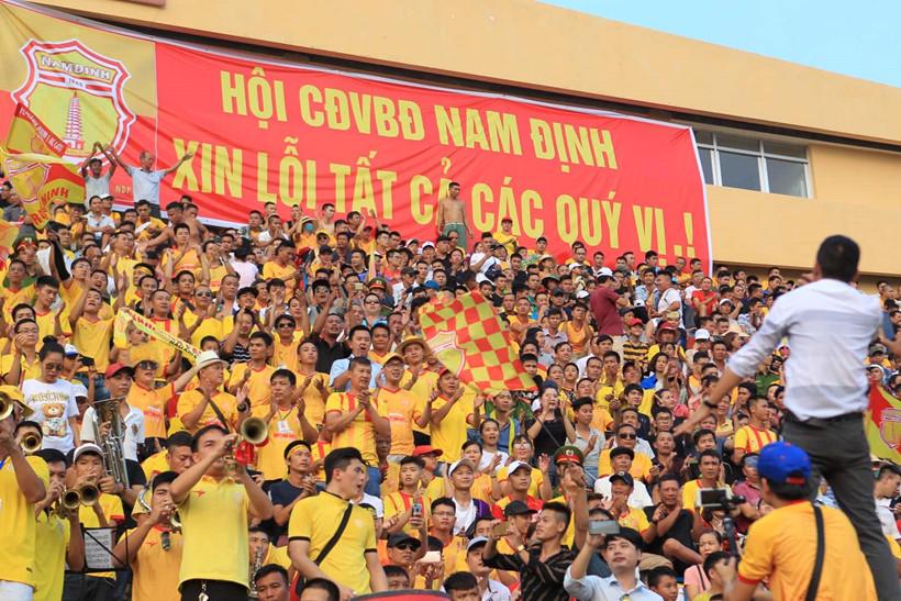Nam Định treo băng rôn xin lỗi NHM cả nước vì sự cố pháo sáng