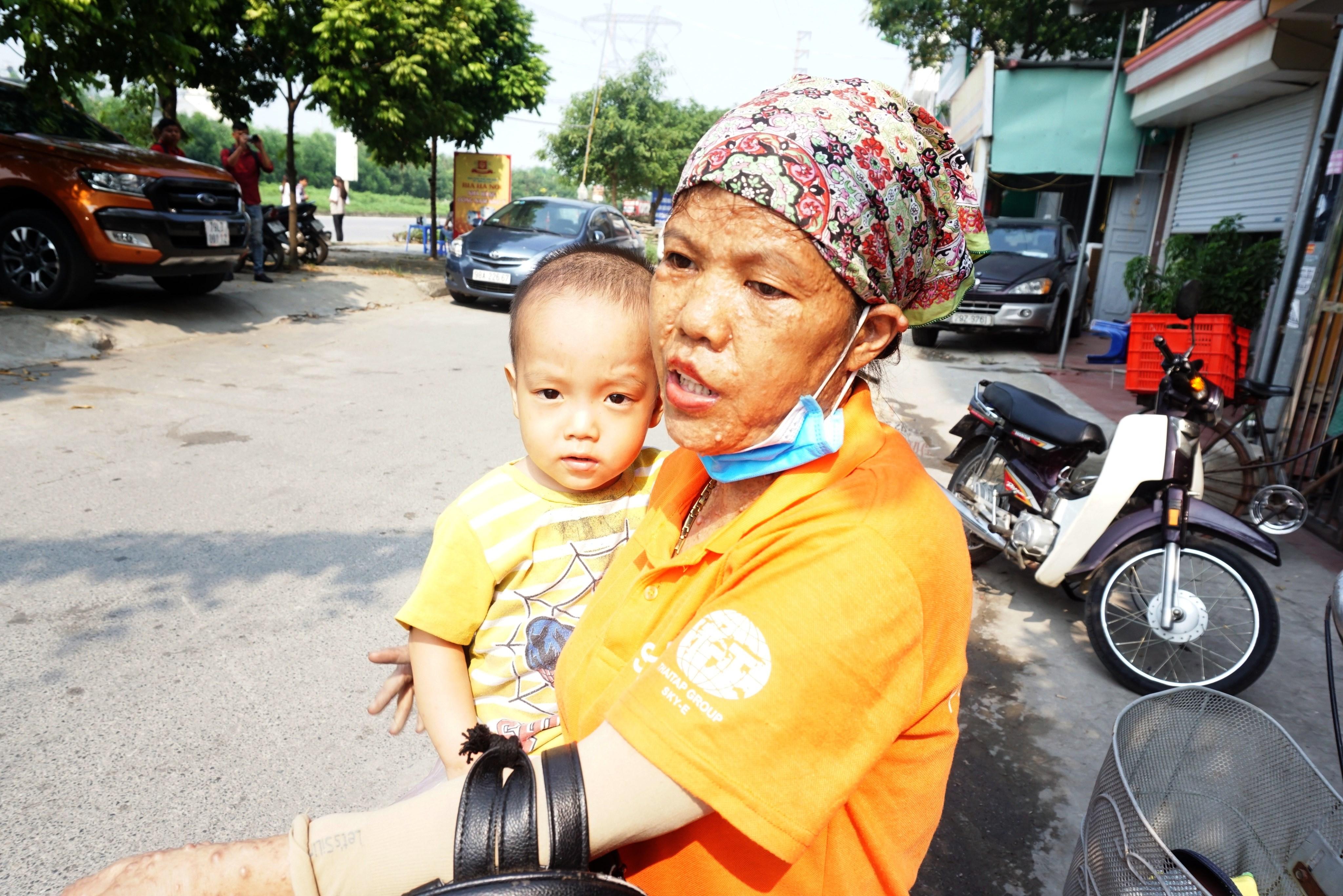 Bé 3 tuổi bị bỏ quên trên xe suốt 7 tiếng hôn mê trước khi tới viện