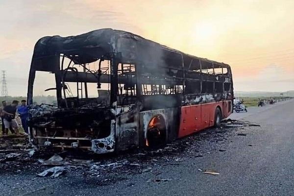 Xe giường nằm cháy trơ khung khi đang trên đường chở 10 hành khách