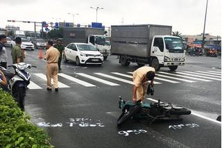 Tài xế Grab bị ô tô tông trọng thương vì cố vượt đèn đỏ
