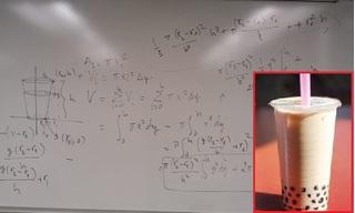 'Choáng váng' nam sinh tính toán kín cả bảng để xem uống trà sữa size M hay L lời hơn