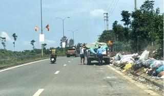 Truy tìm hai tài xế đi xe bán tải xả hàng chục bao rác trên đường mòn Hồ Chí Minh