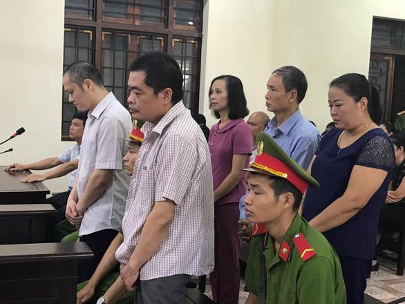 Hoãn xét xử, cựu lãnh đạo Sở GD&ĐT Hà Giang cúi đầu tạm biệt người thân