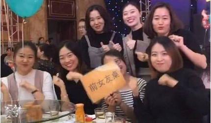 Chú rể 'chơi lớn' dành hẳn một bàn tiệc mời 7 bạn gái cũ tới đám cưới