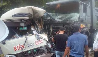 Hai ô tô nát đầu sau cú tông kinh hoàng, 6 người nhập viện