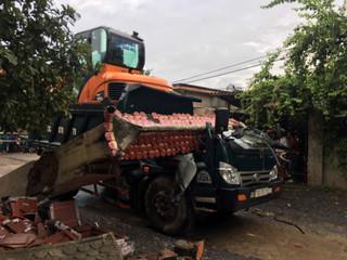 Tài xế xe ben tử nạn trong cabin sau khi kéo sập cổng làng