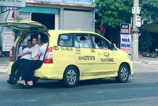 Choáng với taxi 'nhồi' 11 người chạy băng băng trên QL1