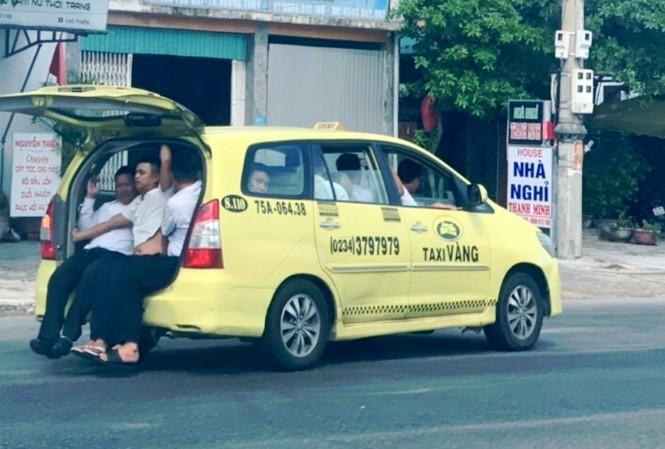 Hãi hùng taxi 'làm xiếc' nhồi nhét 11 người chạy băng băng trên QL1