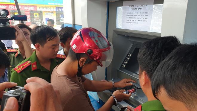 Bắt 3 người Trung Quốc cài thiết bị vào máy ATM để trộm hàng trăm triệu
