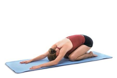 Các bài tập yoga ở tư thế gập người sẽ giúp giảm đau bụng kinh