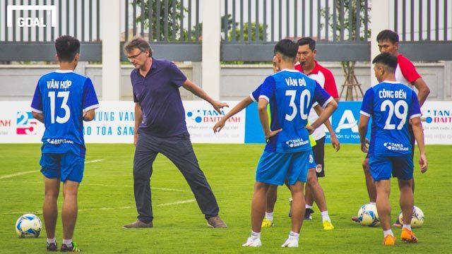 HLV Philippe Troussier chia sẻ đội tuyển U19 Việt Nam phấn đấu dự World Cup 2026 và Olympic 2024