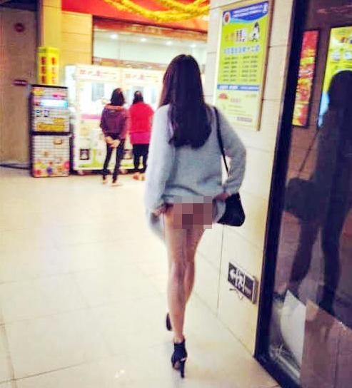 Sốc với cô gái vén áo khoe vòng 1 rồi có hành động nhạy cảm giữa siêu thị5