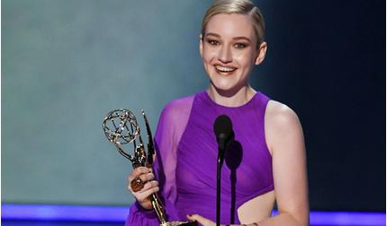 Nữ diễn viên phụ xuất sắc nhất Emmy Award 2019 gợi cảm trong thiết kế của Công Trí