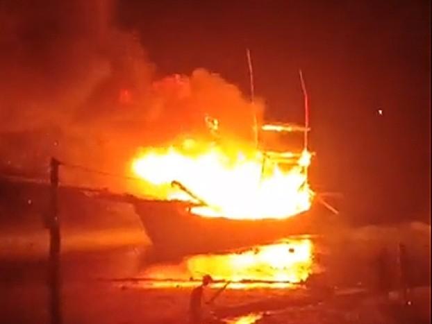 Tàu cá phát nổ cháy rụi trong đêm, ít nhất 8 người thương vong