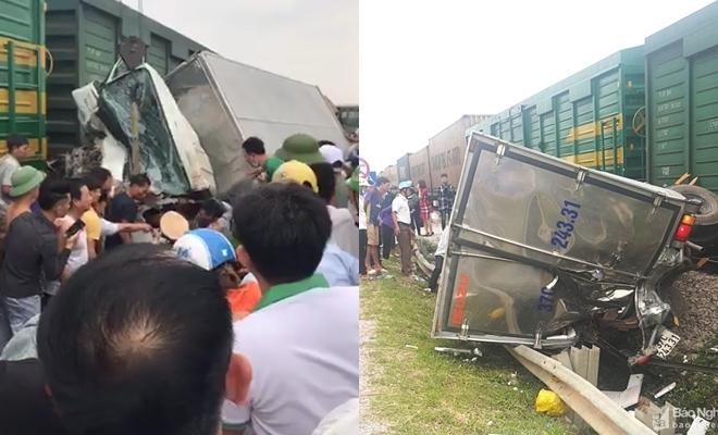 Bốn toa tàu hỏa lật khỏi đường ray sau cú đâm ngang hông xe tải