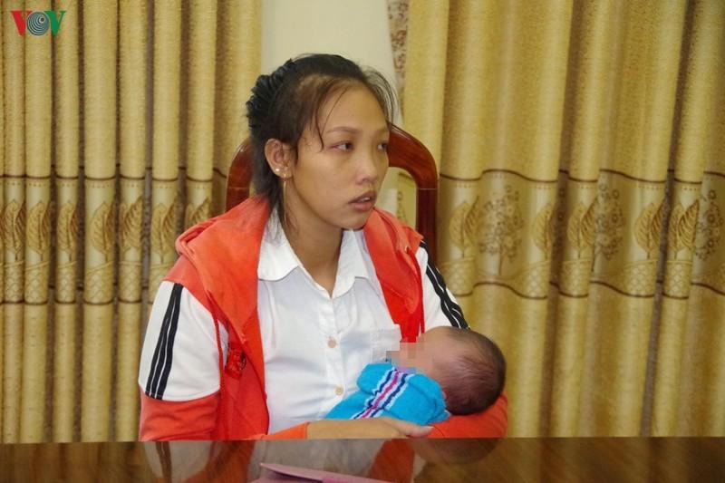 Mẹ đẻ bế con sơ sinh qua biên giới bán lấy 40 triệu đồng