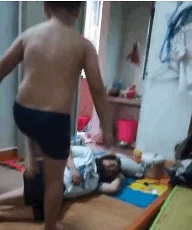 Clip: Phẫn nộ cậu bé 10 tuổi lao vào đấm đá mẹ không thương tiếc