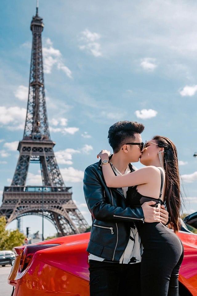 Âu Hà My cùng chồng bên siêu xe Ferrari dưới chân tháp Eiffel2