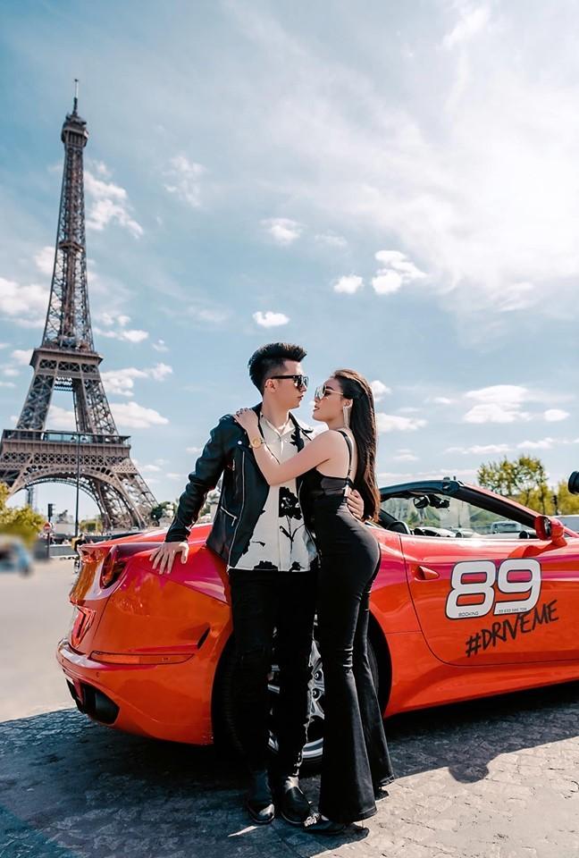 Âu Hà My cùng chồng bên siêu xe Ferrari dưới chân tháp Eiffel3