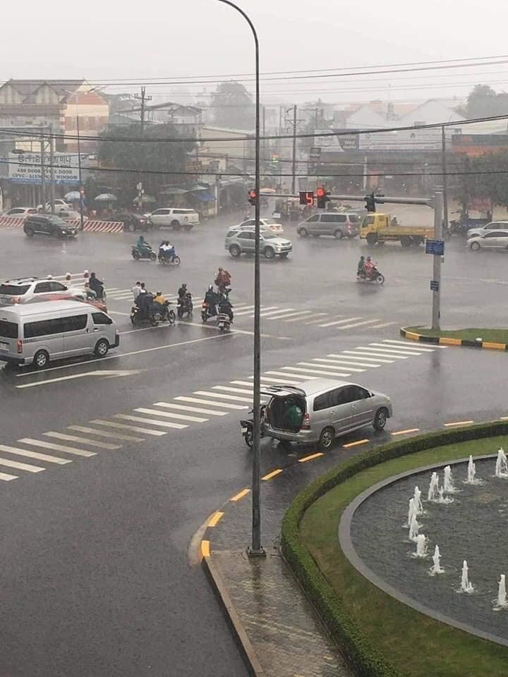 Ô tô 7 chỗ mở cốp để tài xế Grab ngồi trú mưa gây ấm lòng2