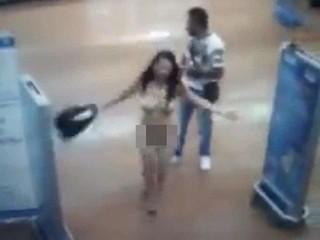 Bị nghi ngờ ăn cắp, cô gái lột sạch đồ giữa siêu thị để chứng minh vô tội
