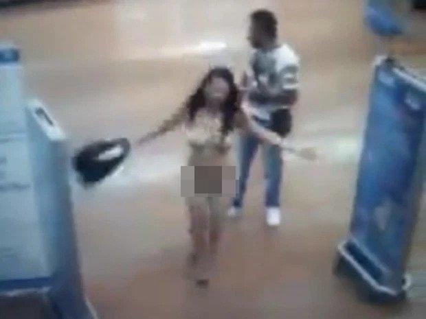 Bị nghi ngờ ăn cắp, cô gái lột đồ giữa siêu thị để chứng minh vộ tội2