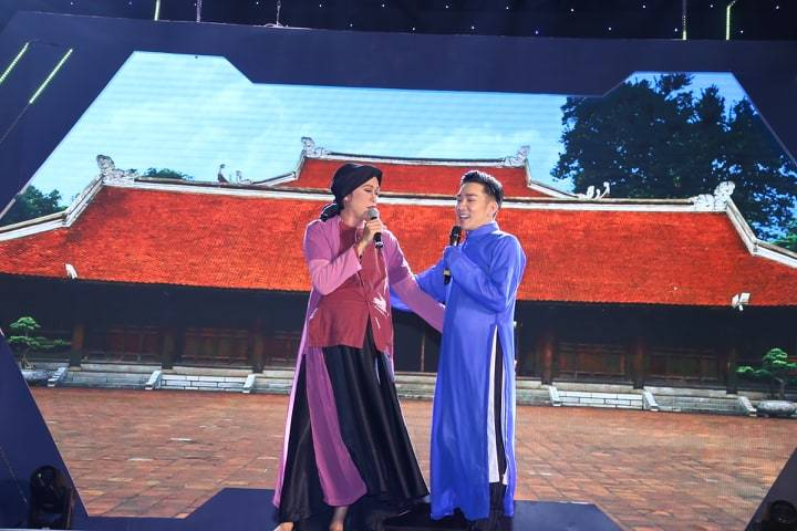 Hoài Linh, Tuấn Ngọc san sẻ với Quang Hà sau vụ cháy Cung Việt Xô