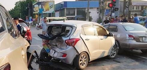 Lexus tông liên hoàn nhiều xe dừng đèn đỏ khiến 2 người bị thương