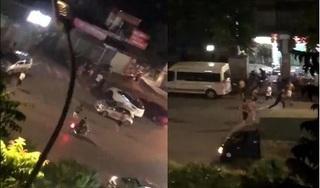 Clip: Hàng chục thanh niên dàn trận đuổi chém nhau hỗn loạn trên phố