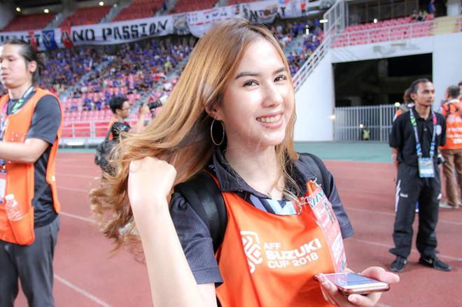 Bạn gái phóng viên xinh đẹp và nóng bỏng của tiền đạo tuyển Thái Lan2