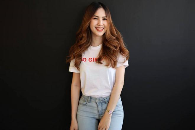 Bạn gái phóng viên xinh đẹp và nóng bỏng của tiền đạo tuyển Thái Lan10