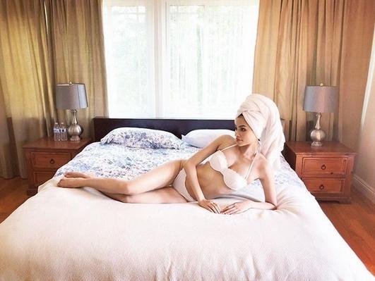 Hoa hậu Phạm Hương sexy với nội y, nằm uốn éo trên giường