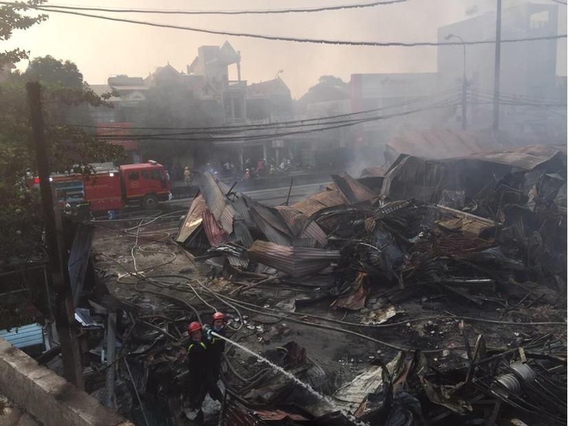 Chùm ảnh cháy hàng trăm ki ốt tạm ở chợ Còng tan hoang