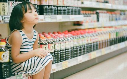 Cô bé ăn nho trong siêu thị bị nhân viên lớn tiếng mắng 'không có giáo dục', người mẹ đưa ra cách giải quyết đáng ngưỡng mộ