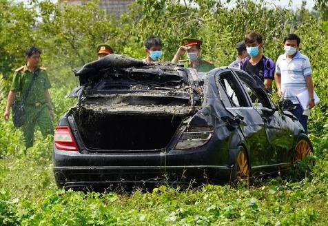 Vừa trình báo 3 người mất tích hôm trước, hôm sau thấy Mercedes chìm dưới kênh