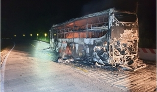 Xe giường nằm chở hàng chục hành khách đột nhiên cháy rụi trên đường