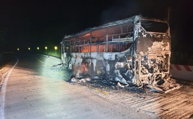 Xe giường nằm chở hàng chục hành khách cháy rụi khi đang lưu thông trên đường