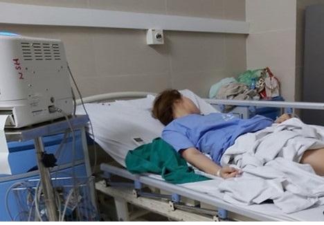 Cô gái trẻ lên cơn co giật, ngất lên ngất xuống sau khi nâng ngực