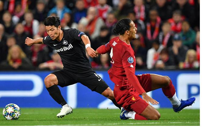 Sao trẻ châu Á lừa cả Van Dijk khiến Liverpool hú hồn cúp C1