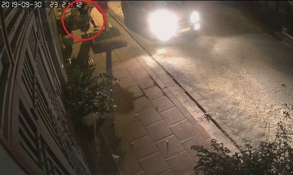 Clip: Người đàn ông đi xế sang thó chậu hoa sứ giữa đêm2