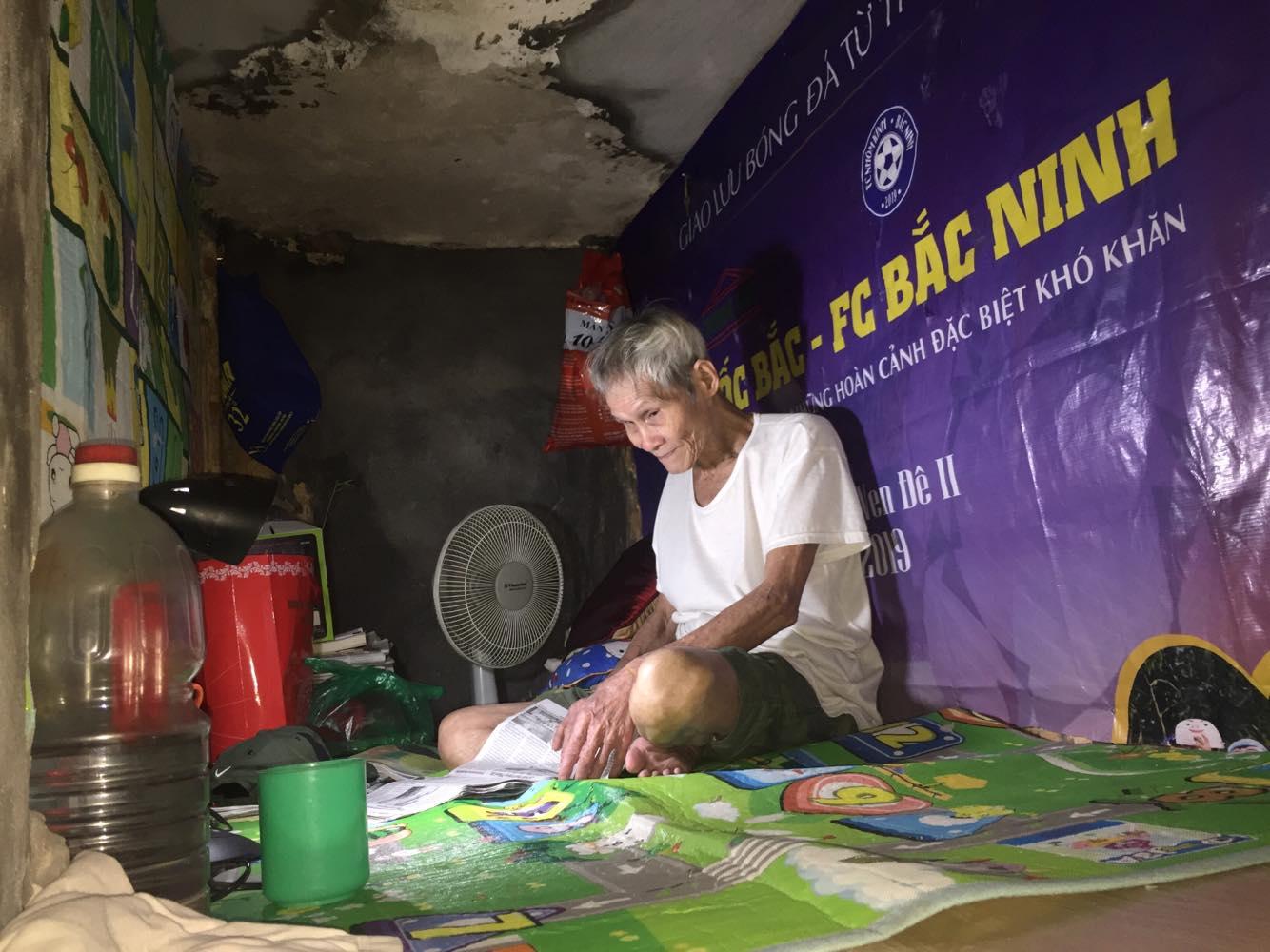 Cụ ông 70 tuổi ở 'biệt thự' 3m2 suốt 60 năm chưa được ăn cơm gia đình