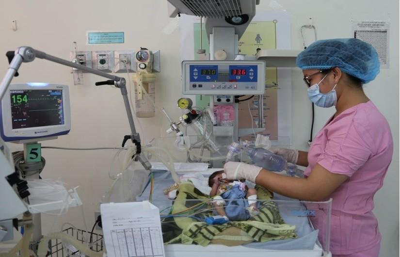 Bé sinh non chỉ nặng 1,1 kg lại bị tim bẩm sinh được cứu sống thần kỳ